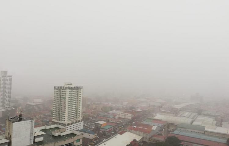 Cae fuerte lluvia con actividad eléctrica en la ciudad de Panamá