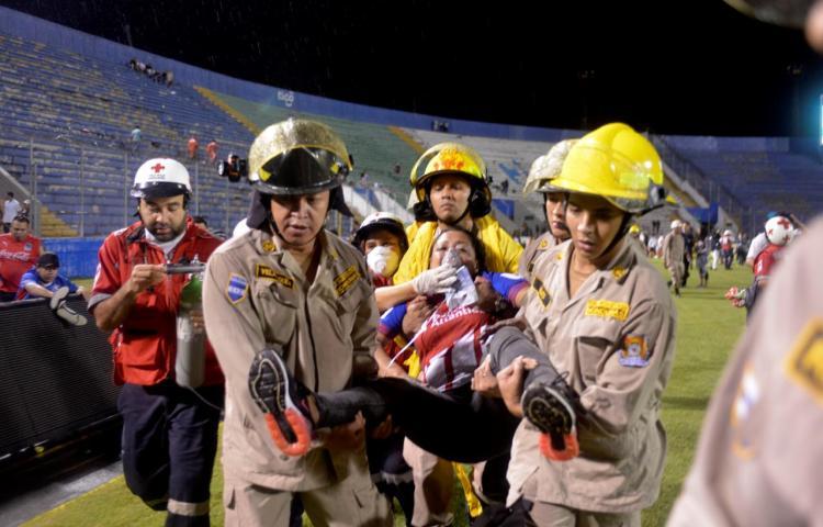 Tres muertos y una docena de heridos por una estampida en un estadio de fútbol