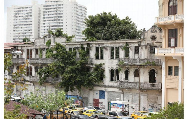 Nuestra Asamblea Nacional rodeada de ruinas