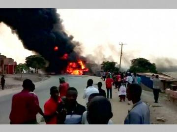 23 muertos por explosión de camión cisterna