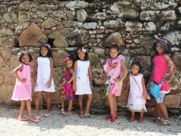 Vestidos confeccionados por privadas de libertad son modelados por sus familiares