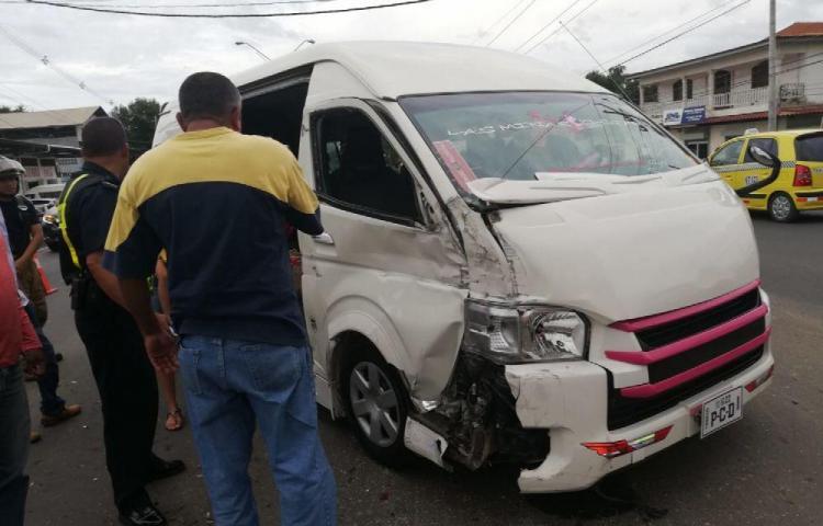 Tres heridos al colisionar bus con auto en Chitré
