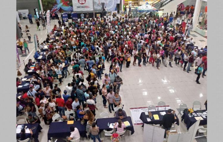 Acuden en masa a feria de empleo en Santiago