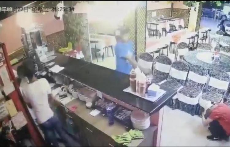 Video capta el momento que roban en restaurante en Tocumen