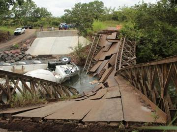 Puente de metal sobre le río Piedra, en Ocú, no soportó el peso de un camión