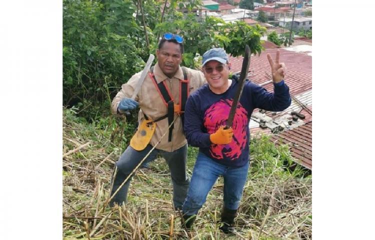 Alex Medela se da un baño de pueblo tirando machete en San Miguelito