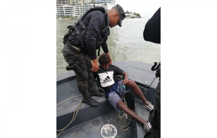 Rescatan a hombre que había quedado varado en la bahía de Panamá