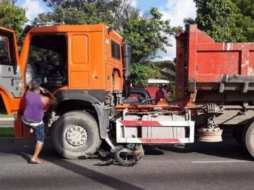 Dos muertos y 15 heridos al chocar una moto y un camión