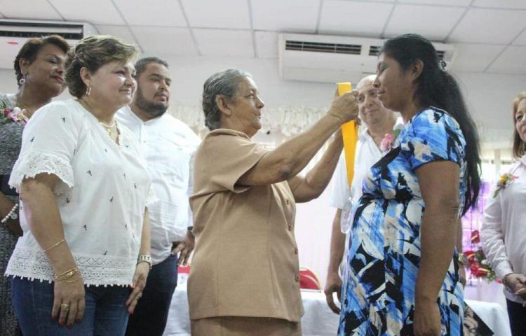 Resaltan el trabajo de la mujer rural con medalla al mérito