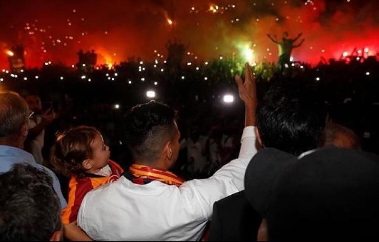 La afición turca celebra el fichaje de Falcao por el Galatasaray