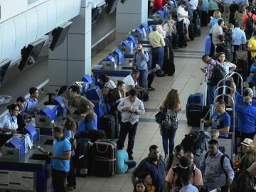 Polémica por posibles impuestos a turistas y pasajeros en tránsito