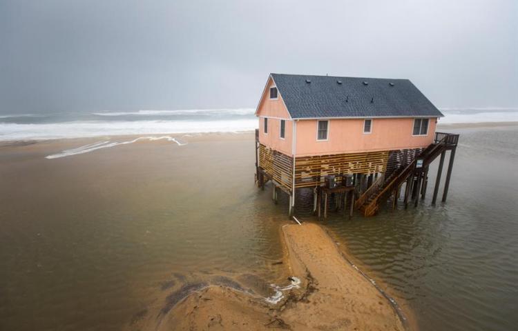 Dorian llega al cabo Hatteras, en Carolina del Norte, todavía con peligro