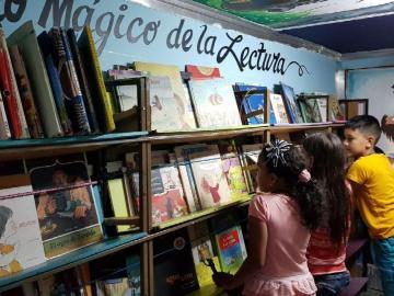 Aprovechan las vacaciones para visitar el 'bibliobus'