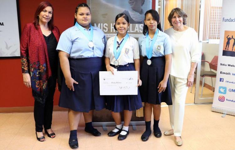 Distinguen a jóvenes que ganaron en concurso de poesía