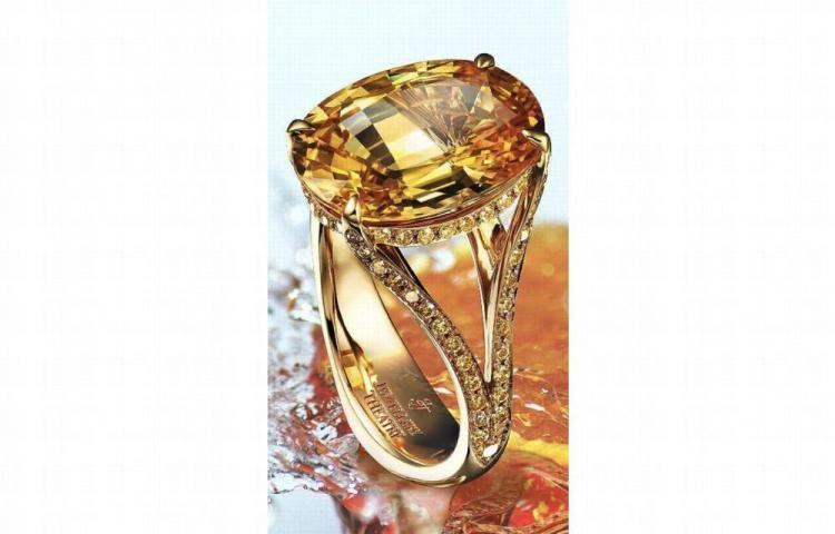 Mujer de 49 años entra un local y se llevó un anillo de 28 mil dólares
