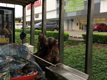 Pareja de ancianos reside en una parada de buses