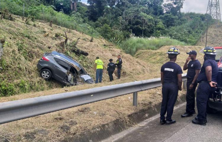 Policía se volcó con sus tres hijos en autopista a Colón