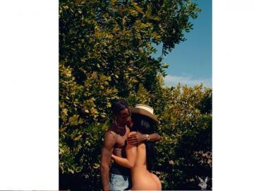 Kylie Jenner, junto aTravis Scott, tirando romanticismo y desnudez