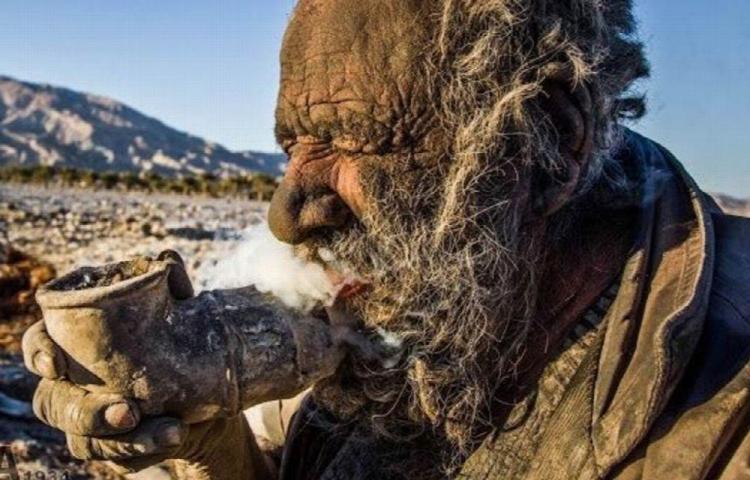 Más de 60 años sin bañarse y fuma pupú