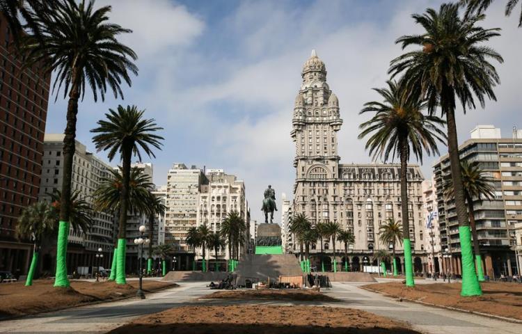Redecoran principal plaza de Montevideo para producción de Keanu Reeves