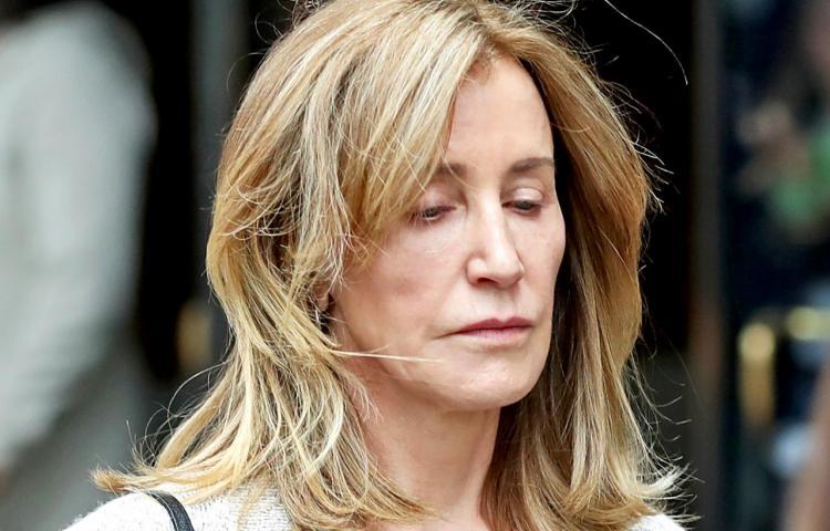 Felicity Huffman, 'desesperada' llora ante sentencia de prisión y pide perdón