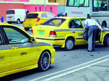 Piden a los usuarios no tomar taxis sin logos