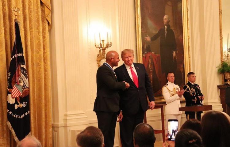 Donald Trump otorga la medalla Presidencial de La Libertad a Mariano Rivera
