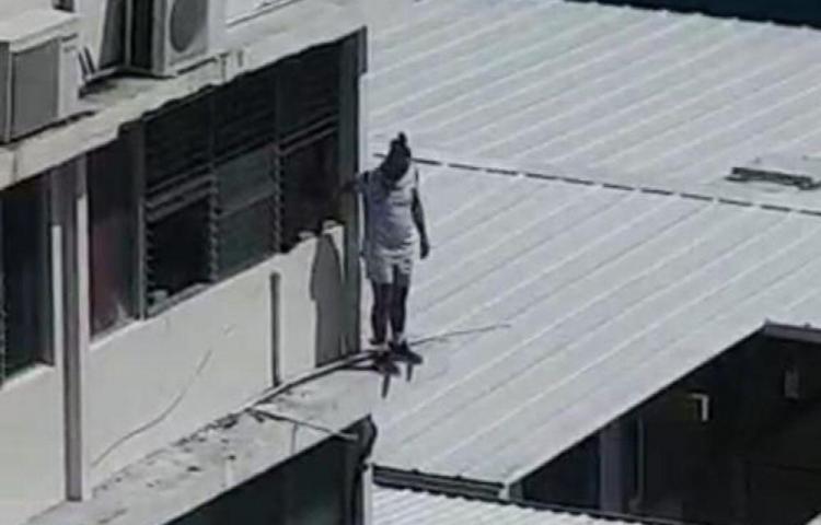 Hombre amenazaba con tirarse de edificio