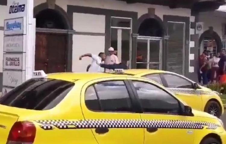 Taxista le tira el carro a un peatón y se agarran a puño limpio en David