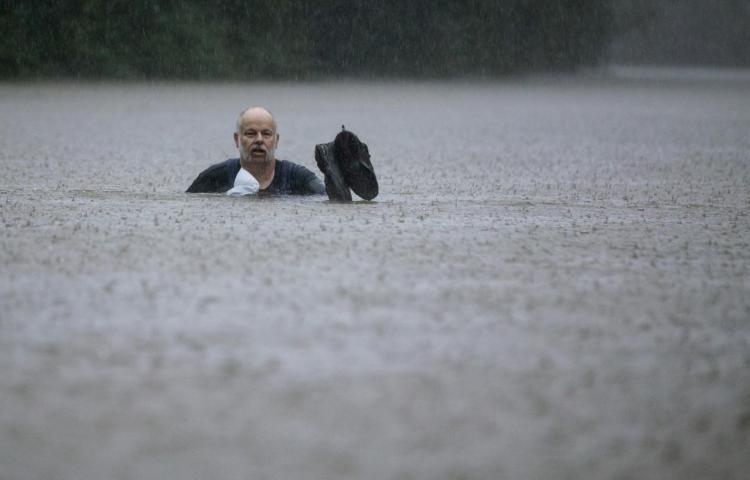 Más de mil rescates y desalojos en Texas por tormenta Imelda