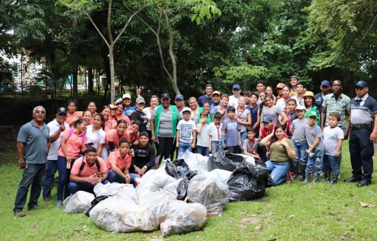 Realizan jornada de limpieza en el parque Los Guayacanes