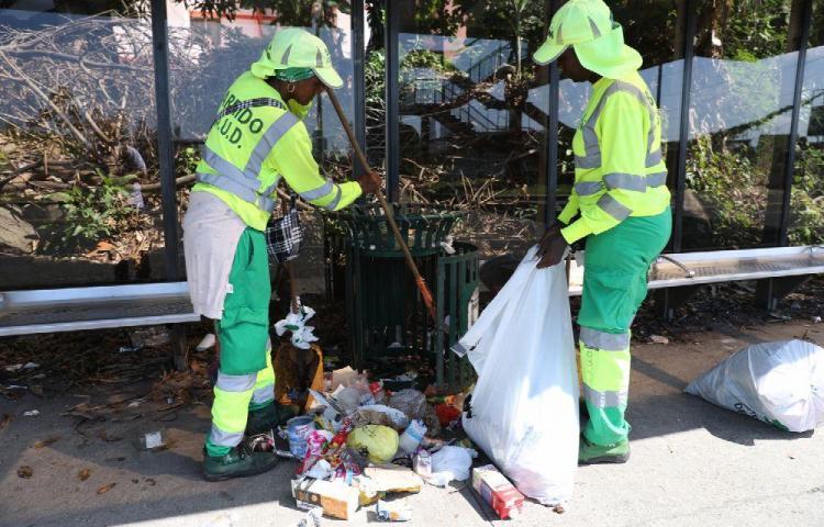Limpian los desechos que dejan los cochinos