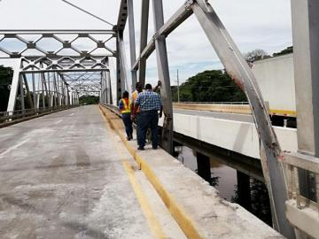Clausuran puente tras accidente