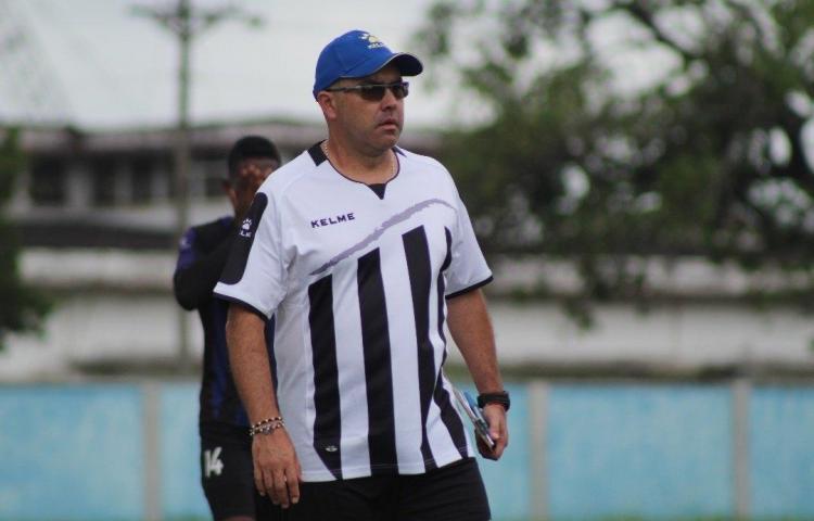 Árabe Unido le dijo adiós al técnico Alejandro Arboleda