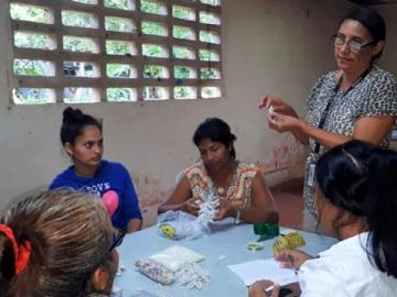Mujeres aprenden a confeccionar tembleques
