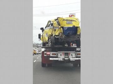 Iban 7 en un taxi y se accidentaron en la autopista