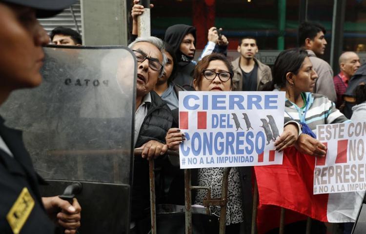 Vizcarra disuelve 'constitucionalmente' el Congreso peruano y llama a comicios