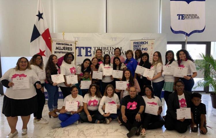 Primer grupo de 'mujeres políticas' se graduó en la sede del TE