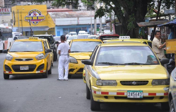 Proponen regular edad en licencias para manejar taxis