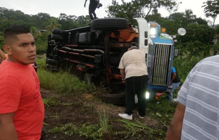Al menos 15 personas heridas tas vuelco de bus en Sabanitas