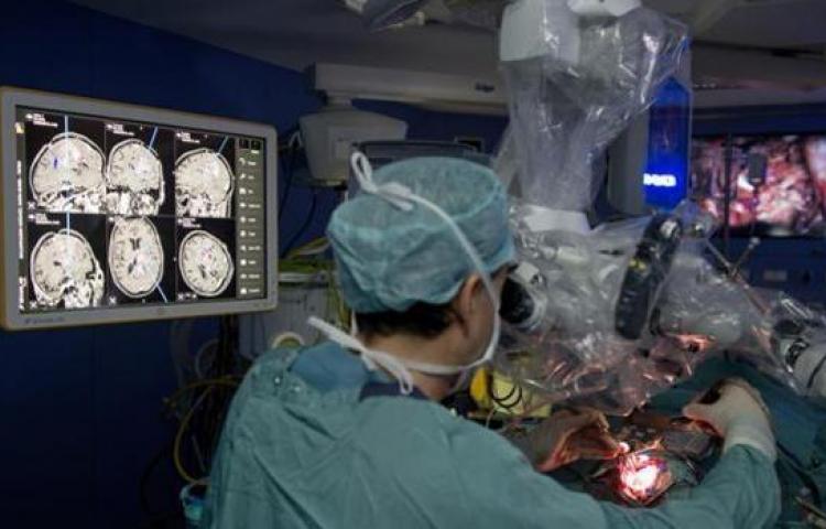Fue por lentes y quedó en el quirófano por un tumor cerebral