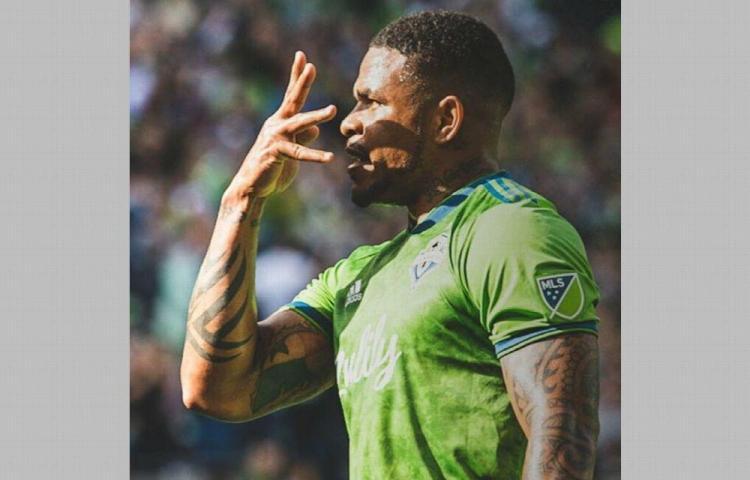 Román Torres sonríe con el Seattle