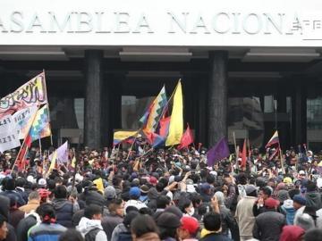 Manifestantes ocupan sede del Legislativo en Quito y piden la salida de Moreno