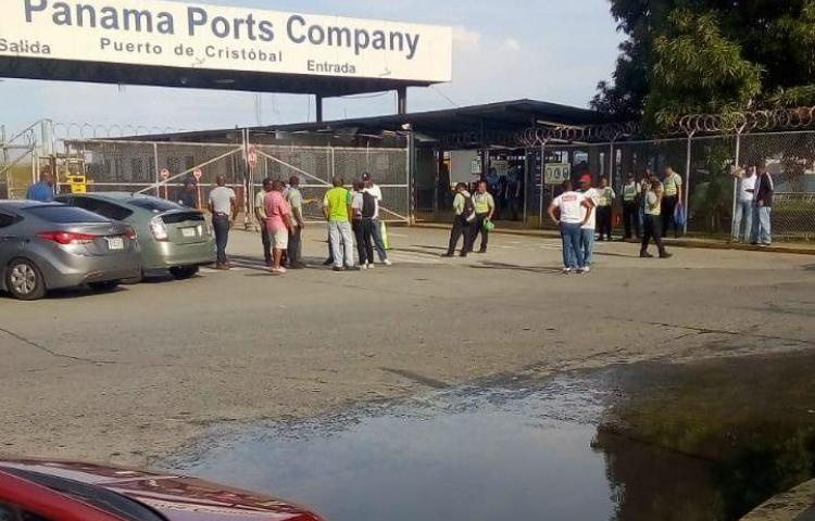 Antimotines disuelven protesta en puerto Cristóbal