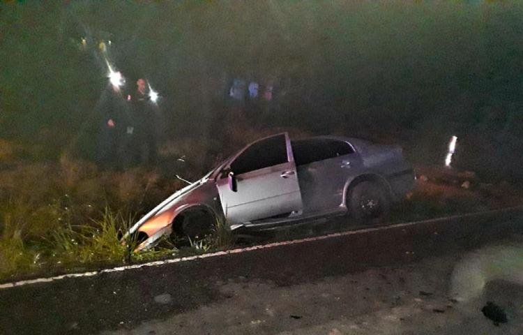 Pasajera murió al chocar auto con una cuneta