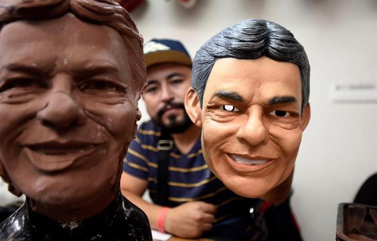 El rostro del mexicano José José feliz se inmortaliza en máscaras de látex