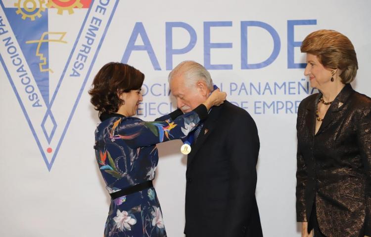 Entregan Medalla Vicente Pascual Barquero al profesor Félix H. Cuevas