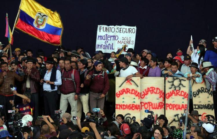 Indígenas retienen a policías en protestas en la ciudad de Quito