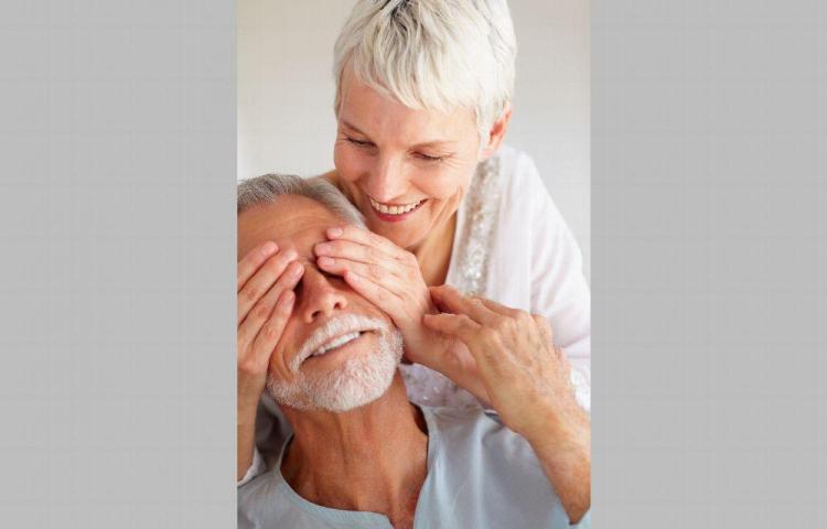Dele cariño y ternura a las personas mayores de 60 años