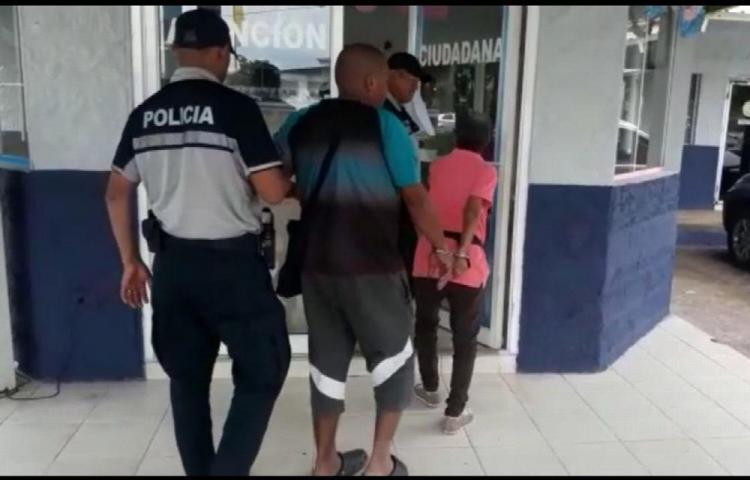 Atrapan a pareja de viejos robando en supermercado en Nuevo Arraiján